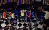 """Vợ dùng dép đánh liên tiếp vào đầu tình địch trong quán Karaoke vì chồng đi với bồ mất """"cả tỷ bạc"""""""