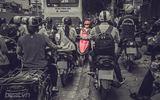 Bức ảnh người phụ nữ đỗ xe máy ngược chiều trên đường Hà Nội gây xôn xao