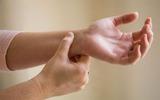Phòng ngừa bệnh ngón tay lò xo - bệnh thường gặp ở dân văn phòng