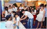 Hai ông bố nhiều con của showbiz Việt hội ngộ khi đưa gia đình đi chơi cuối tuần