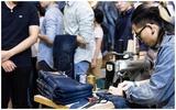 Công sở rỉ tai nhau về cửa hàng sửa đồ jeans... miễn phí