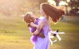 Bộ ảnh đẹp như cổ tích của hai mẹ con trong nắng chiều Hà Nội