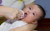 Trẻ sơ sinh có thể tử vong chỉ vì cách đánh tưa lưỡi truyền thống của mẹ