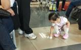 Bé 3 tuổi cầm giấy bố đưa tự lau nước đổ ra sàn - Hình ảnh khiến nhiều cha mẹ Việt giật mình suy ngẫm