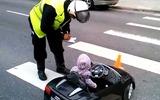 Đừng tưởng bé mà tha - clip nhóc tì lái siêu xe bị cảnh sát tuýt còi và bài học giao thông dạy trẻ