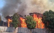 Hà Nội: Cháy lớn khu nhà mẫu rộng hơn 1000m2 ngay mặt đường Lạc Long Quân