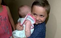 Thấy mẹ gần như chết trong phòng tắm, cậu bé 5 tuổi ôm em chỉ nói một câu đã cứu mẹ tỉnh lại