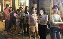 Giới trẻ Sài Gòn xếp hàng dài, chờ đợi gần 30 phút chỉ để mua một ly trà ngoại