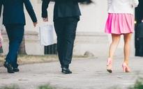 """Những cô nàng váy hồng làm """"bình hoa di động"""" mua vui cho đồng nghiệp nam tiết lộ mặt tối của công sở Nhật Bản"""