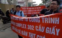 """Hà Nội: CĐT chung cư cao cấp bị cư dân đồng loạt trưng băng rôn """"treo đầu dê - bán thịt chó"""""""