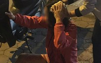 Nghi chồng ngoại tình, người phụ nữ dằn mặt chồng bằng cách tự lấy gạch đập vào đầu