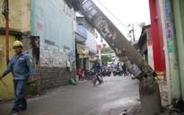 TP.HCM: Trụ điện, cây xanh đổ liên hoàn trên đường phố trong cơn mưa lớn, đè trúng ô tô đang đậu