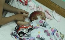 Bà ngoại bé 3 tuổi bị chém vào đầu phải bế cháu chạy 1km mới tìm được người giúp