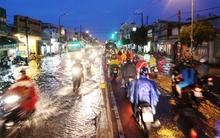 Mưa lớn kéo dài, đường Sài Gòn lại biến thành sông
