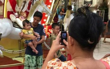 Hình ảnh xúc động: Chiếc điện thoại cũ của mẹ ghi lại hạnh phúc của cha và con