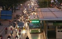 Trải nghiệm 1 chuyến xe buýt nhanh Hà Nội: Giờ cao điểm xe buýt nhanh chạy bằng buýt thường