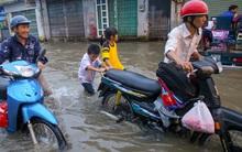 Triều cường dâng cao, người Sài Gòn lại bì bõm lội nước về nhà