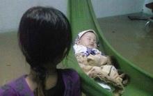 Clip: Nước lũ chảy xiết kinh hoàng ở Bình Định, em bé nằm võng giữa dòng lũ