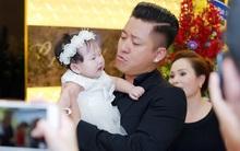 Tuấn Hưng làm ông bố đảm ân cần dỗ con giúp vợ hot girl