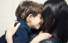 Cứ bắt con phải ôm hôn người thân là bố mẹ đang hại trẻ đấy!