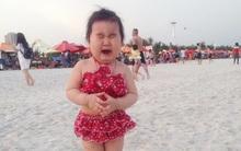Bé gái siêu đáng yêu khóc tu tu trong lần đầu đi biển khiến các mẹ không thể nhịn cười