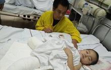 Bé trai 4 tuổi bị cụt chân do đá tảng lăn xuống nhà đè nát đôi chân đã qua cơn nguy kịch
