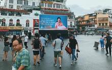 Người Hà Nội rưng rưng trước màn hình billboard có câu hỏi: Đã bao lâu bạn chưa chạm vào bàn tay mẹ?