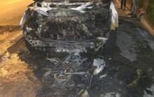 Hà Nội: Ô tô cuốn xe máy vào gần kéo lê hàng trăm mét rồi bốc cháy dữ dội
