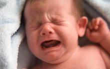 Cậu bé cứ bú sữa mẹ là khóc, 6 tháng sau mẹ phát hiện một sự thật bất ngờ