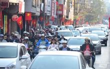 Nắng ấm, người dân Hà Nội nườm nượp xuống phố, nhiều tuyến đường ùn tắc ngay chiều mồng 1 Tết
