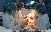 """Thiếu nữ bị ung thư buồng trứng rất nặng, mẹ xin về chờ chết nhưng bác sĩ đã làm được điều """"thần kỳ"""""""