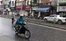 Trung tâm Hà Nội bất ngờ xuất hiện mưa lúc giữa trưa khiến nhiều người háo hức