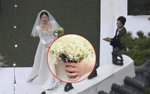Bật cười khi xem lại màn tung hoa tận những 3 lần của Song Hye Kyo mới có người bắt