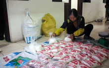 Hà Nội: Mua bột trắng tại chợ Đồng Xuân về đóng gói mì chính giả tung ra thị trường