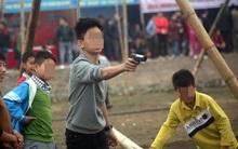 Giật mình khi trẻ em dành tiền mừng tuổi mua đồ chơi súng, dao găm đánh trận giả