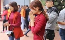 Chị em tranh thủ buổi trưa, nô nức đi lễ đền chùa cầu phúc lộc an khang
