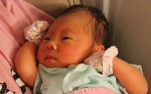 Trẻ sơ sinh nào cũng được mẹ đeo bao tay nhưng đó là việc làm thừa thãi, chỉ có hại chứ chẳng tốt cho con