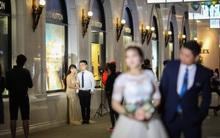 Hà Nội vào mùa cưới, một mét vuông mấy chục cô dâu chen nhau tạo dáng, bất chấp gió mưa