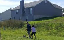 Ai cũng chỉ trích anh chồng để vợ một mình đẩy máy cắt cỏ nhưng sự thật lại có mấy người làm được thế