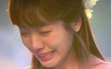 9 năm sau ngày bố qua đời, con gái bật khóc nức nở khi nhận ra người đang quỳ trước mộ bố mình