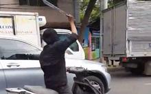 TP.HCM: Nam thanh niên nghi ngáo đá dùng mã tấu rượt theo chém rớt gương chiếu hậu của hàng loạt ô tô, khiến người đi hốt hoảng
