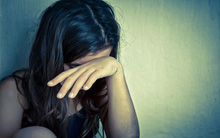 Khi ngồi rửa 12 mâm bát đũa, em muốn khóc mà vẫn phải cố kìm nước mắt vì sợ bị chê trách