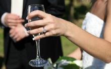 Đang làm lễ cưới cô dâu đột nhiên bỏ chú rể, quay sang cưới khách mời