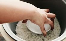 Đặt bát nước lạnh vào nồi cơm chỉ 2 phút thôi, kết quả chẳng thể nào tuyệt vời hơn