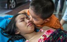 Bố mẹ bỏ đi biệt tích, bé 7 tuổi một mình chăm chị gái đau bệnh nói một lời mà ai nấy xót xa