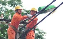 Chùm ảnh: Những người đu dây làm việc hàng giờ giữa chảo lửa tại Thủ đô