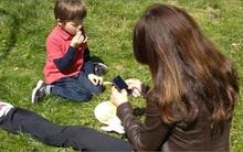 Bận đến mấy bố mẹ cũng cần buông điện thoại để quan tâm đến con trong 7 khoảnh khắc quan trọng mỗi ngày