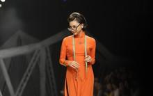 Thì ra, đây là 6 tuyệt chiêu giúp Ngô Thanh Vân trở thành tâm điểm sáng nhất Vietnam International Fashion Week
