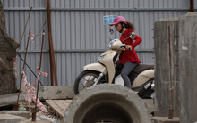 Hà Nội: Đường tắc, người dân liều mình