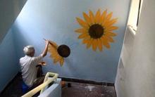 Giữa đêm, người họa sĩ già lặng lẽ vẽ hoa hướng dương lên tường vì một lý do sẽ khiến ta bật khóc